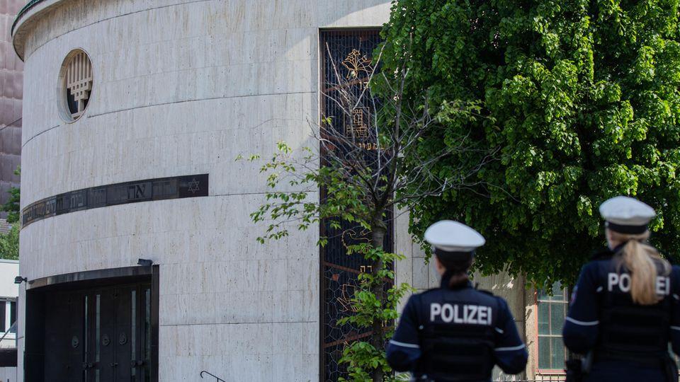 Nordrhein-Westfalen, Düsseldorf: Zwei Polizistinnen stehen vor der Neuen Synagoge