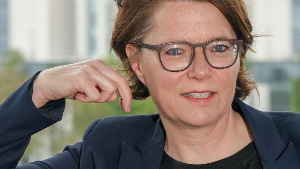 Katja Fischer, Gebärdendolmetscherin, zeigt, wie der Name vonKanzlerkandidatin Annalena Baerbock dargestellt werden kann