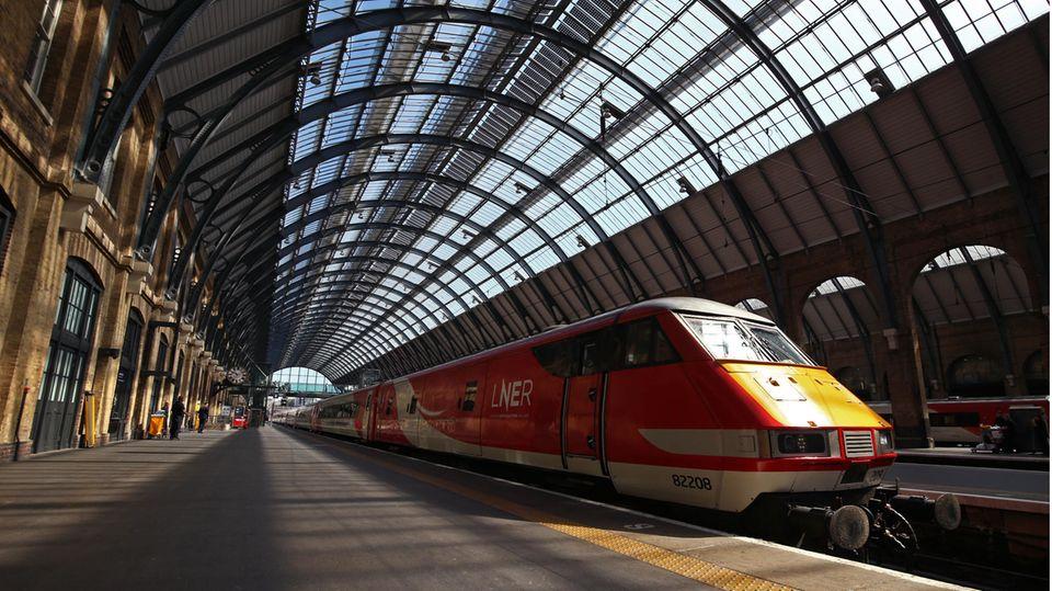 Ein Zug der Londoner Zuggesellschaft LNER steht in einem Bahnhof am Gleis