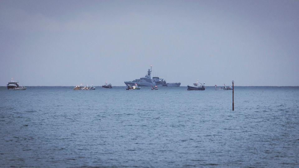 Französische Fischer, die über den Verlust des Zugangs zu den Gewässern vor ihrer Küste verärgert sind, haben ihre Boote aus Protest vor der englischen Kanalinsel Jersey versammelt