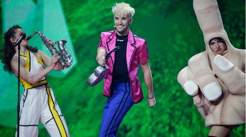 Jendrik Sigwart tanzt bei seiner ersten Probe in Rotterdam auf der Bühne.