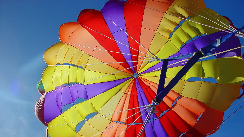 Bunter runder Fallschirm von unten