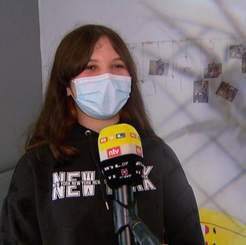 Schreie aus Wohnung: 15-Jährige ruft wegen Spinne um Hilfe – Polizei tritt Tür ein