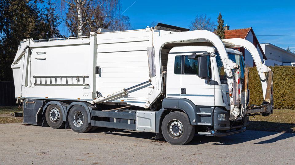 In vielen Müllwagen befindet sich eine Müllpresse im hinteren Teil des Fahrzeugs