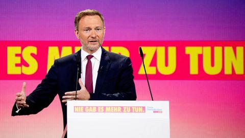 Christian Lindner spricht auf dem digitalen Parteitagder FDP und hebt die Hände