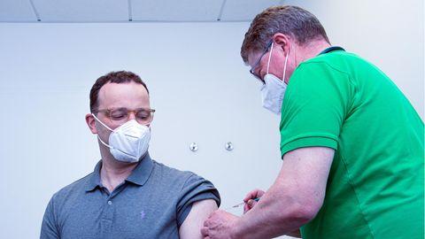 Jens Spahn (l. ,CDU), Bundesminister für Gesundheit wird gegen das Coronavirus geimpft