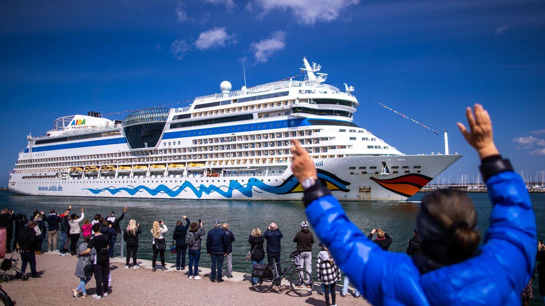 """Einwohner der Hansestadt Rostock begrüßen das Kreuzfahrtschiff """"Aida Sol"""" beim Einlaufen in den Hafen am 10. Mai– zurder Einweihung der neuen Landstromanlage nach Warnemünde."""