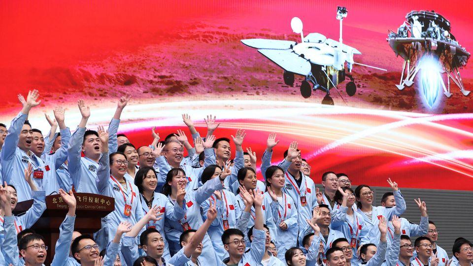 """Technisches Personal im Pekinger Raumfahrtkontrollzentrum feiert die erfolgreiche Marslandung der """"Tianwen-1"""""""