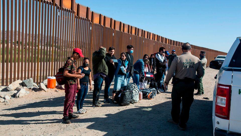 Migranten aus Kolumbien warten auf die Beamten der Grenzkontrolle