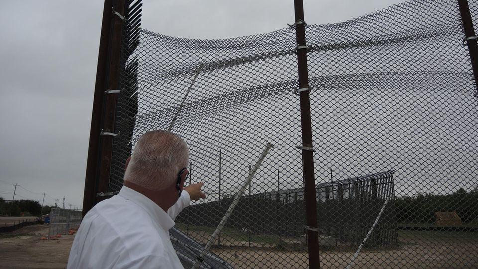 Der Sheriff des Val Verde Countys in Texas, Joe Frank Martínez, vor einem Zaunelement in Del Rio.