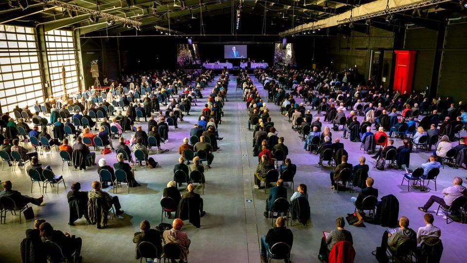 Niedersachsen, Braunschweig: Mitglieder der AfD nehmen an einem Sonderparteitag der AfD Niedersachsen teil