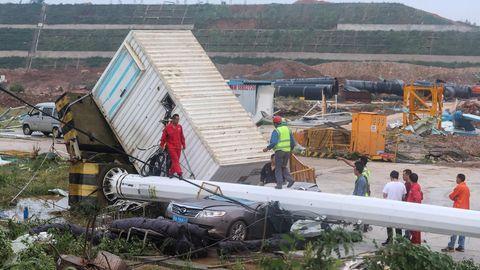 Nach dem Tornado zeichnet sich in Wuhan in Chinas zentraler Provinz Hubei ein Bild der Verwüstung ab