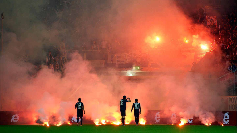 15. Mai 2012: Tiefpunkt aller Bundesliga-Relegationen  Bei diesen Szenen werden wohl nur die hartgesottensten Bengalo-Fans Gänsehaut bekommen: Eine Tribüne, die vollständig in Rauch gehüllt ist, Dutzende orangefarbene Feuer glimmen. Überall explodieren Knallkörper, auf dem Platz brennen die Hülsen der weggeworfenen Pyros aus und inmitten dieses Infernos stehen die Spieler von Fortuna Düsseldorf – und versuchen verzweifelt, ihre durchdrehenden Fans zu beruhigen. Der 15. Mai 2012 war ein schwarzer Tag in der jüngeren Geschichte des deutschen Fußballs.  An diesem Dienstag wollten die Rheinländer im Relegationsrückspiel gegen Hertha BSC Berlin den Aufstieg in die Bundesliga perfekt machen. Anfang der zweiten Halbzeit begannen erst die Hertha-Fans, bengalische Feuer abzubrennen, dann die Düsseldorfer. Die Lage eskalierte, mehrmals stand die Partie vor dem Abbruch. Weil einige Fortuna-Fans einen Schiedsrichterpfiff für den Schlusspfiff gehalten hatten, stürmten sie kurz vor dem offiziellen Ende den Platz, manche schnitten Rasenstücke heraus.  Folgen des Skandalspiels: Hertha BSC protestierte erfolglos gegen die Wertung der Partie, Schiedsrichter Wolfgang Starck hatte einen Spieler angezeigt, die Vereine wurden zu Geldstrafen und Geisterspielen verurteilt, und der Fan, der den Elfmeterpunkt gestohlen hatte, versuchte das Stück Rasen auf Facebook zu verkaufen.