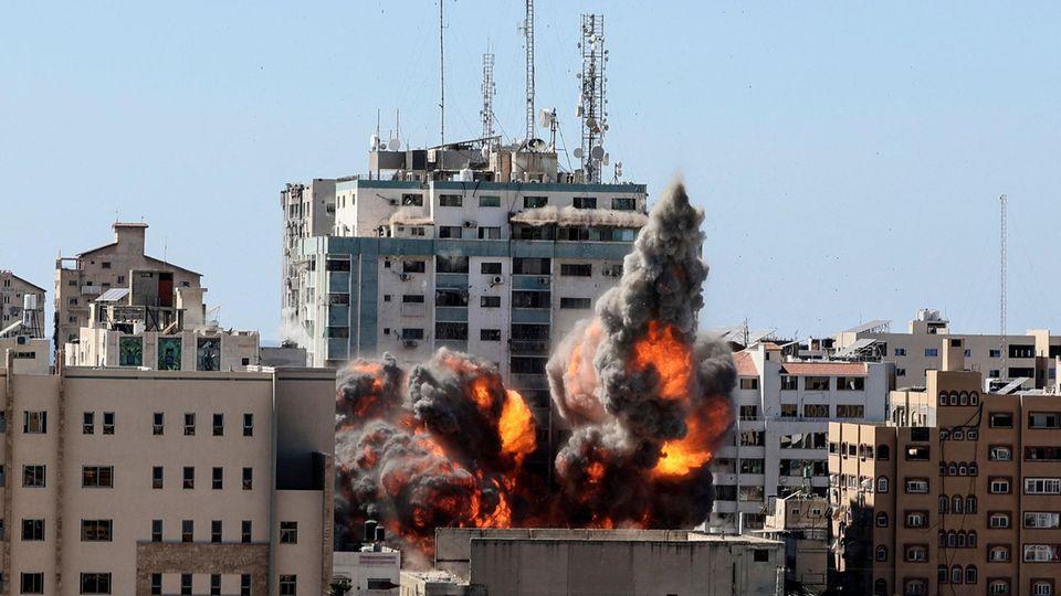 DerJala Tower in Gaza bei dem israelischenLuftangriff, der die Büros von Al Jazeera und Associated Press beheimatet