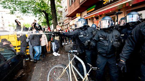 Die Polizei benutzt während der Demonstration  verschiedener palästinensischer Gruppen in Neukölln Pfefferspray