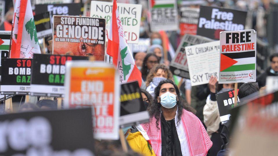 """Weltweite Demonstrationen gegen das Vorgehen Israels mit Schildern wie """"Freiheit für Palästina"""""""