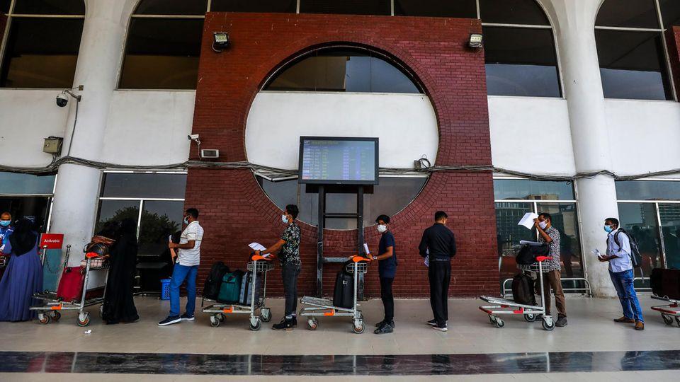 Reisende am Flughafen Dubai