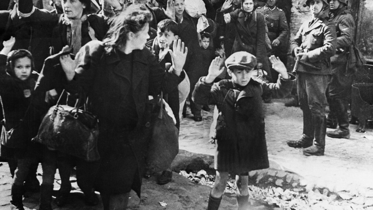 """16. Mai 1942: Die Deutschen schlagen den Aufstand im Warschauer Ghetto nieder  Nach 27 Tagen endete ein ungleicher Kampf. Aber er endete nicht so, wie es die Aufständischen sich erhofft hatten. Am 16. Mai 1943 meldete SS-Befehlshaber Jürgen Stropp nach Berlin, dass der Aufstandim Warschauer Ghetto beendet sei. Um die Rebellion in dem Sammellager mitten im Zentrum der polnischen Hauptstadt niederzuschlagen, brannten die deutschen Besatzer das Viertel in der Nähe des Hauptbahnhof nieder, am Abend des 16. Mai ließ Stropp die große Synagoge sprengen. Schätzungsweise 12.000 Menschen starben durch die Kämpfe.  Das berühmte Bild des verängstigten kleinen Jungen wurde bei einem Abtransport von Juden aus dem Warschauer Ghetto im November 1942 aufgenommen. Nahezu alle der insgesamt bis zu 70.000 Ghetto-""""Bewohner"""" wurden in Konzentrationslager gebracht."""