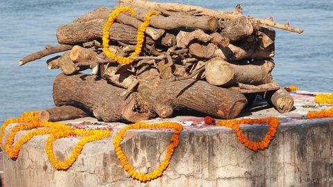 Ein Scheiterhaufen in Indien zur Einäscherung von Toten