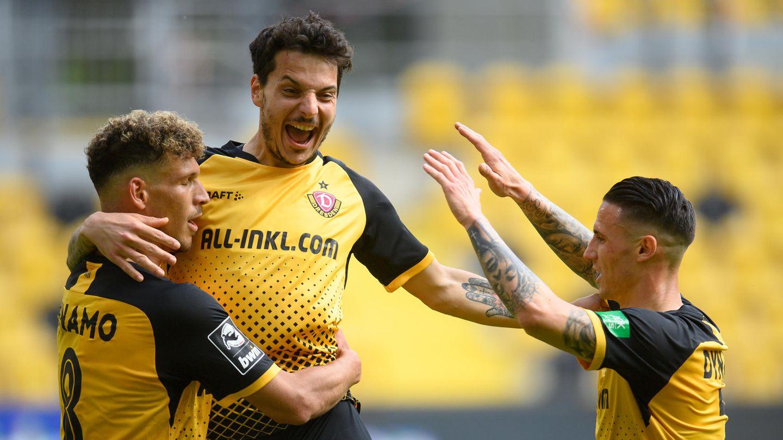 Dynamos Heinz Mörschel (l) jubelt nach seinem Tor zum 3:0 mit Philipp Hosiner (M) und Panagiotis Vlachodimos