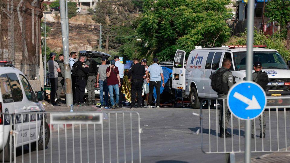 Der Tatort in Ost-Jerusalem, wo bei einer Attacke mit einem Auto mehrere Menschen verletzt wurden