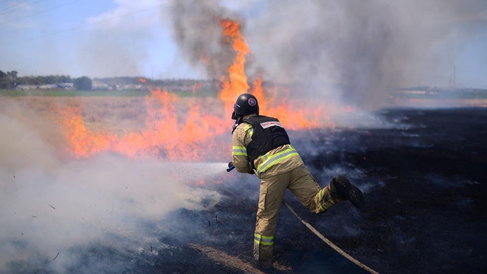 Ein israelischer Feuerwehrmann in Sderot versucht ein Feuer zu löschen