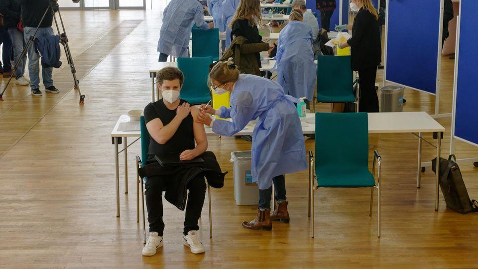 Medizinisches Personal impft Menschen in der Ditib-Zentralmoschee im Kölner Stadtteil Ehrenfeld impft