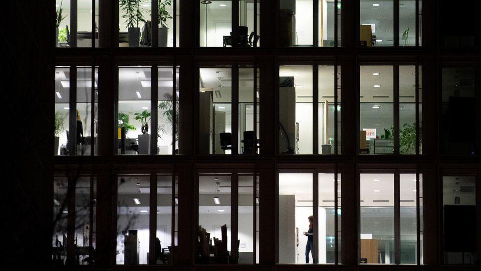 Licht leuchtet in einem Bürogebäude