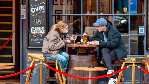 Großbritannien, London: Gäste sitzen vor dem Cock and Lion Pub in Marylebone