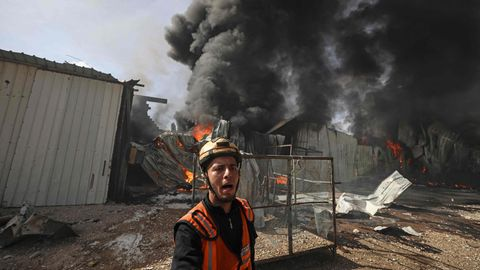 Ein Feuerwehrmann vor einem von israelischen Bomben zerstörten Werksgebäude in Jabalia, einem Ort im nördlichen Gazastreifen