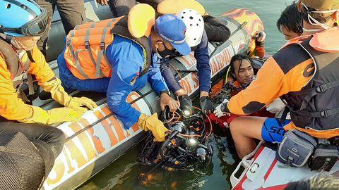 Ein Rettungsteam sucht am 16. Mai nach Vermissten