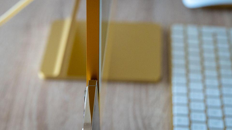 Das Gehäuse des iMac ist sehr schlank und misst nur etwas mehr als einen Zentimeter. Hier zum direkten Vergleich neben einem iPhone 12 Pro.
