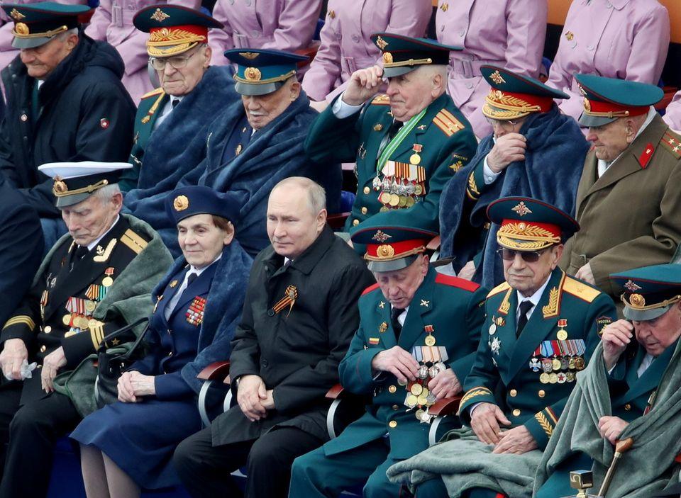 Wladimir Putin bei der Parade anlässlich des Jahrestags des Sieges über Nazi-Deutschland am 9. Mai. Der Präsident sonnst sich gerne im Glanz der Veteranen und vergangenermilitärischer Erfolge.