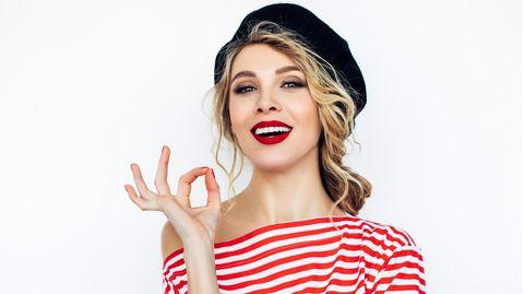 Eine Französin mit schönen Haaren verrät ihren Trick beim Haarewaschen.