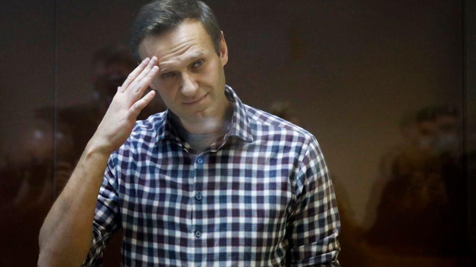 Alexej Nawalny, russischer Oppositionsführer, steht während seiner Gerichtsverhandlung hinter einer Glasscheibe