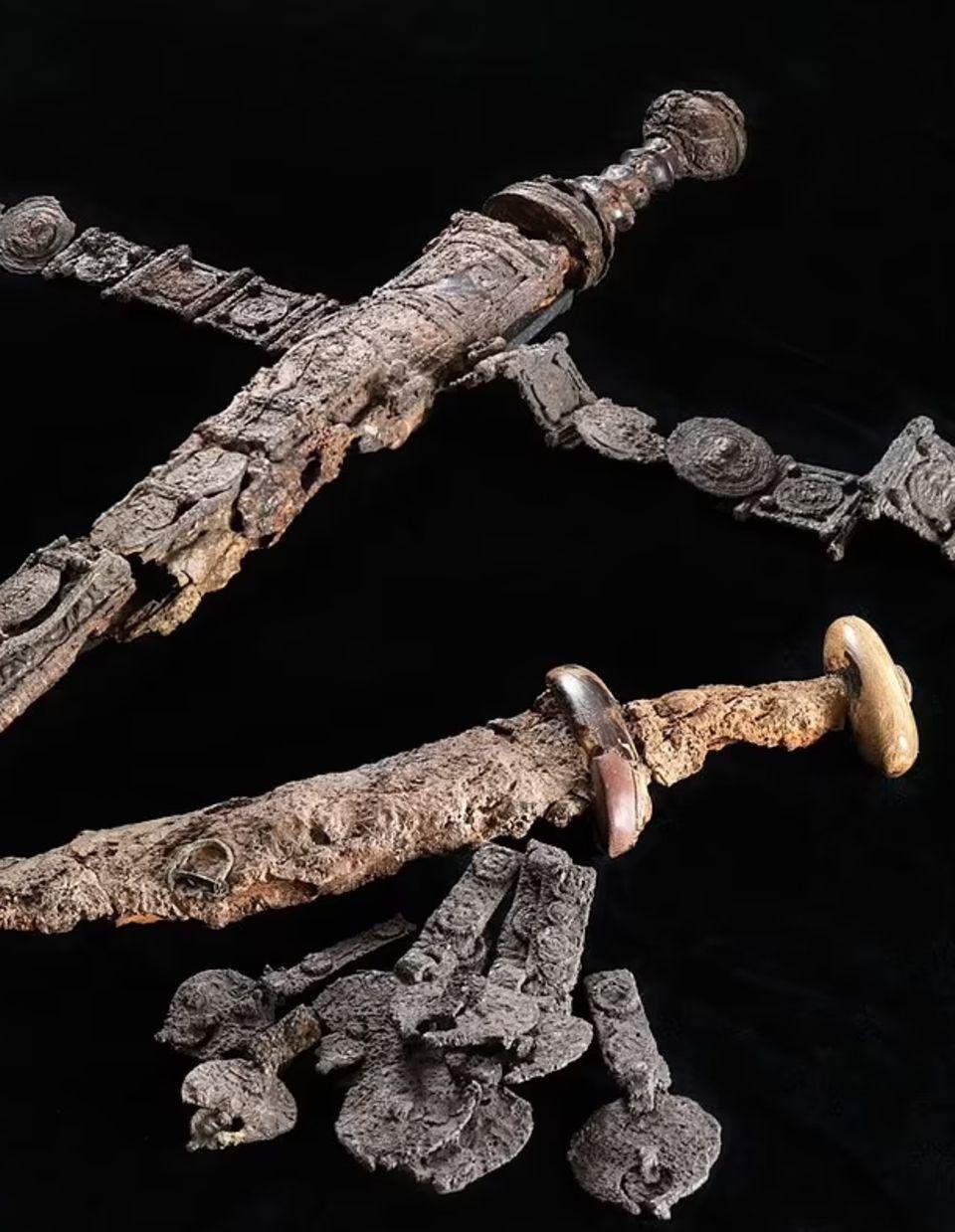 Dolch und Schwert sind reich geschmückt.