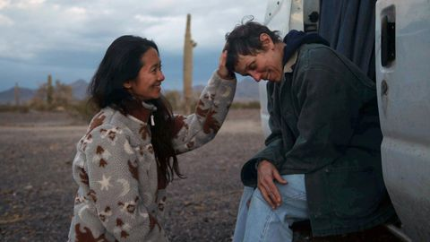 """Chloé Zhao und Hauptdarstellerin Frances McDormand am Filmset von """"Nomadland"""""""