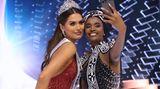 Die alte und die neue Miss Universe: Meza und Zozibini Tunzi (Siegerin 2019, im vergangenen Jahr fiel der Wettbewerb wegen Corona aus) machen auf der Bühne ein Selfie.