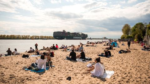 Hamburg: Zahlreiche Menschen sind bei Sonnenschein am Elbstrand in Övelgönne unterwegs