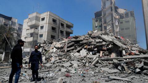Ein Polizist der Hamas steht vor den Trümmern des Yazegi Wohngebäudes