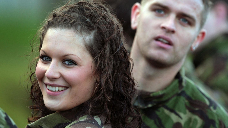 Eine junge Soldatin lächelt in die Kamera