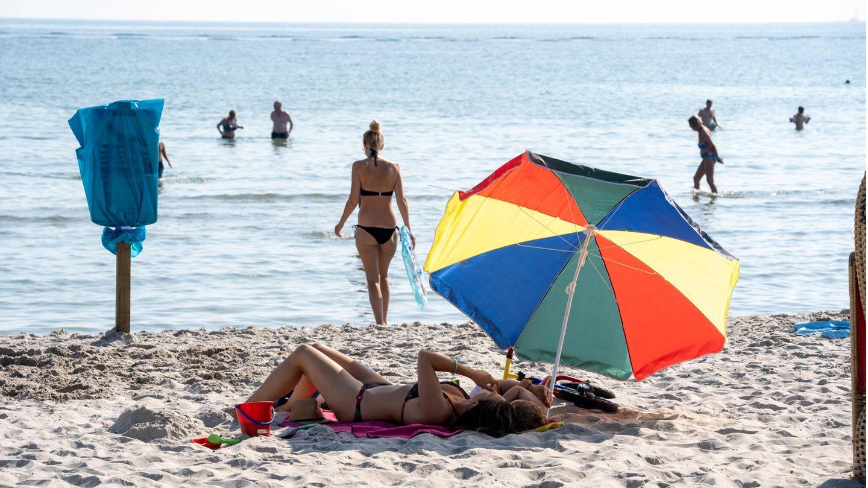 Bald wieder in der Ostsee baden gehen. Aber wird das Wetter an Pfingsten mitspielen, wie hier in Scharbeutz im vergangenen Sommer.