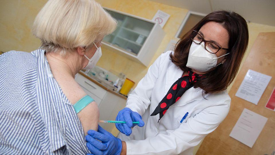 Eine Fachärztin für Allgemeinmedizin in Pforzheim impft in ihrer Praxis eine Patientin gegen das Coronavirus