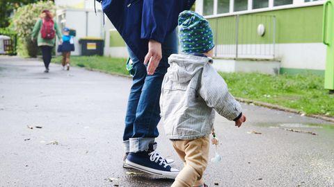 Berlin: Ein Kind und seine Mutter gehen zum Eingang einer Kita