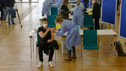 Medizinisches Personal impft Menschen in der Ditib-Zentralmoschee im Kölner Stadtteil Ehrenfeld