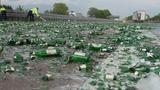 Delmenhorst, Niedersachsen. Tausende zerstörte Bierflaschen liegen auf der Autobahn A1 bei Delmenhorst. Ein Lastwagen hat dort seine Ladung verloren und damit für eine Sperrung der vielbefahrenen Autobahn im Norden gesorgt.