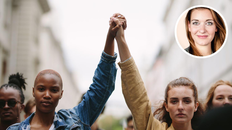 Zwei Frauen recken kämpferisch die Hände in die Höhe