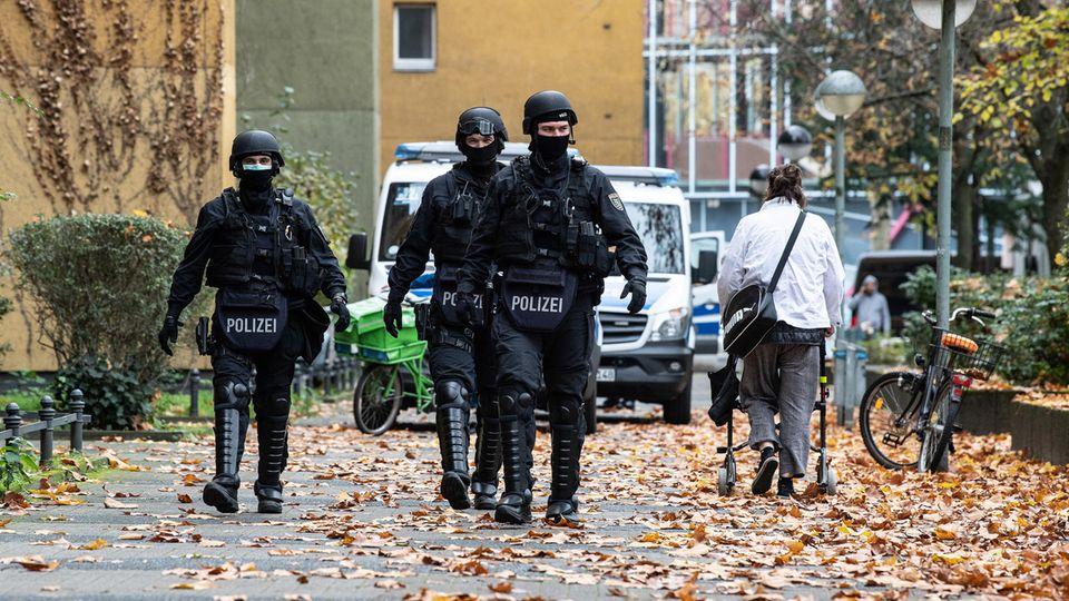 Polizeibeamte in der Gitschiner Straße in Berlin