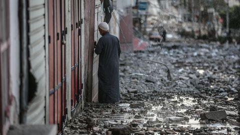 Palästinensische Autonomiegebiete, Gaza-Stadt: Ein Palästinenser inspiziert die Überreste eines zerstörten Wohnhauses