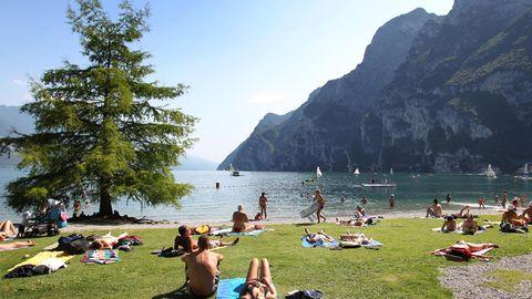 Urlauber lieben am Ufer des Gardasee